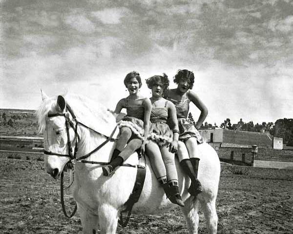 mujeres de circo sentadas a caballo