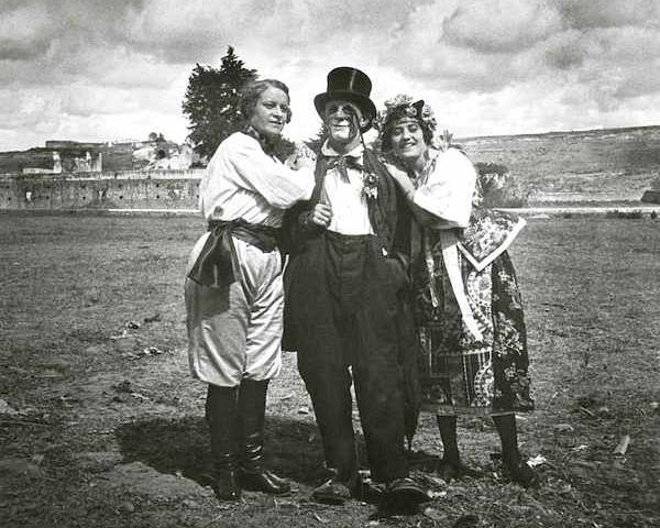 Payaso y mujeres del circo beas