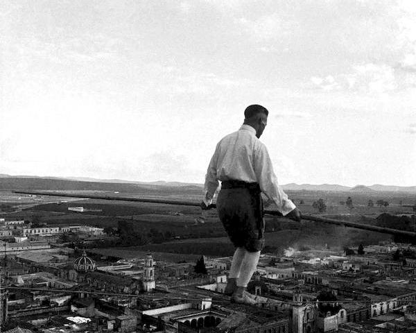 Hombre caminando sobre cuerda floja