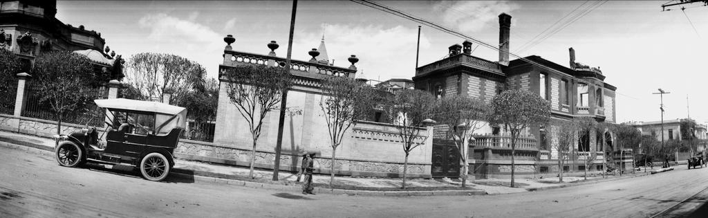 La Colonia Juárez, frente a la incendiada casa de la familia de Fco. I. Madero Auguste Genin